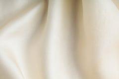 Gewellte Falten des weißen Hintergrundzusammenfassungs-Stoffes der Textilbeschaffenheit Stockfotos