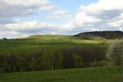 Gewellte Landschaft mit Bäumen und Wiesen, Tschechische Republik, Europa Stockfotos