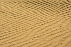 Gewellte Sandmuster auf dem Strand lizenzfreie stockbilder