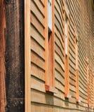 Gewellte Seite der alten Scheune mit neuem Abstellgleise Lizenzfreie Stockbilder