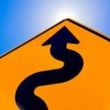 Gewellter Pfeil auf dem Verkehrsschild, das oben für Erfolg zeigt Stockbild