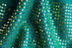Gewelltes Faltengewebe des grünen sequine Hintergrundbeschaffenheitszusammenfassungsstoffes Stockfotos