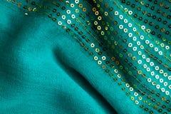 Gewelltes Faltengewebe des grünen sequine Hintergrundbeschaffenheitszusammenfassungsstoffes Stockfoto