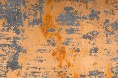 Geweven achtergrond van een langzaam verdwenen gele verf met geroeste barsten op geroest metaal Grungetextuur van een oud gebarst stock foto