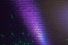 Geweven bakstenen muur die door gekleurde lichten wordt aangestoken Stock Afbeeldingen