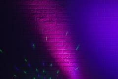 Geweven bakstenen muur die door gekleurde lichten wordt aangestoken Stock Foto's