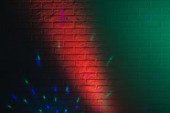 Geweven bakstenen muur die door gekleurde lichten wordt aangestoken Royalty-vrije Stock Fotografie