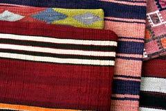 Geweven dekens en beurzen bij een markt in Parijs Frankrijk Stock Foto's