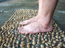 Geweven die cement met stenen en Voetmassage wordt bedekt Royalty-vrije Stock Fotografie