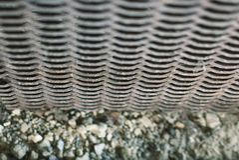 Geweven gesneden metaal oud rooster met een patroon in de vorm van golven stock foto