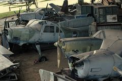 Geweven grunge oude vliegtuigen, schrootachtergrond Oude vliegtuigen niet bekwaam te vliegen, tribunes in museum van luchtvaart o royalty-vrije stock fotografie