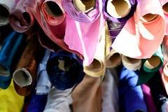 Geweven materiaal van de satijn het glanzende doek in vele kleuren stock foto's