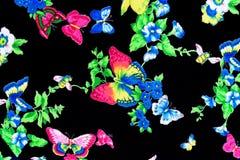 Geweven mooie bloemen en vlinders royalty-vrije stock afbeeldingen