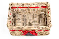 Geweven rechthoekdoos, mand met de rode band van het satijnlint en klein bord Stock Foto's