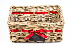 Geweven rechthoekdoos, mand met de rode band van het satijnlint en klein bord Royalty-vrije Stock Foto's