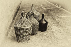 Geweven rieten wijnflessen. Stock Afbeeldingen