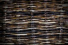 Geweven roosterachtergrond, oude rieten omheining van wilgentakjes A stock afbeeldingen