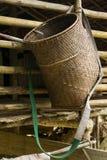 Geweven rotan dragende die mand op een veranda van traditioneel wordt gehangen Royalty-vrije Stock Foto's