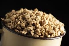 Geweven sojaproteïne in een beige pot stock afbeeldingen