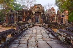 Geweven steenweg en oude tempelruïnes in Angkor Wat Stock Foto's