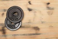 Gewicht op de houten achtergrond Royalty-vrije Stock Afbeeldingen
