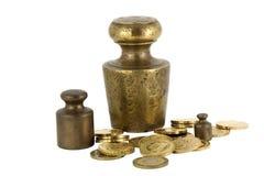 Gewicht und Münzen Stockfoto