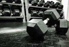 Gewichte auf dem Turnhallenboden stockfotos