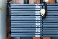 Gewichte auf Eignungsmaschine stockbild