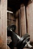 Gewichte in der hölzernen Kiste Stockfoto