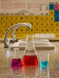 Gewichten en chemische fles stock foto's