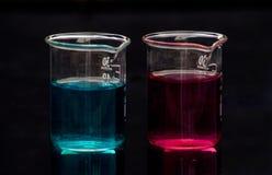 Gewichten en chemische fles stock afbeelding