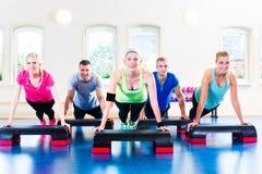 Gewichtheffen in de gymnastiek stock foto