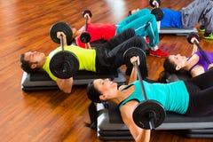 Gewichtheffen in de gymnastiek met domoren Royalty-vrije Stock Foto's