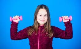 gewichtheffen voor muscules Kinderjarenactiviteit Geschiktheidsdieet voor energiegezondheid de training van klein meisje heeft do royalty-vrije stock afbeelding