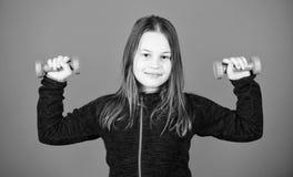 gewichtheffen voor muscules Kinderjarenactiviteit Geschiktheidsdieet voor energiegezondheid de training van klein meisje heeft do stock afbeeldingen