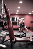 Gewichtsbank in een gymnastiek stock foto's