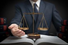 Gewichtsschaal van rechtvaardigheid, advocaat in bibliotheek royalty-vrije stock afbeeldingen