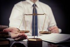 Gewichtsschaal van rechtvaardigheid Advocaat die in bureau werken royalty-vrije stock fotografie