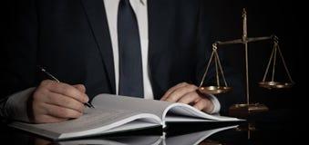 Gewichtsschaal van rechtvaardigheid Advocaat die in bureau werken royalty-vrije stock foto