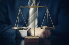 Gewichtsschaal van rechtvaardigheid, advocaat op achtergrond royalty-vrije stock fotografie
