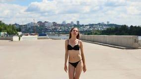 Gewichtsverlies en het concept van het lichaamsbeeld Vrouw met het perfecte geschikte lichaam lopen zeker op openlucht stock video
