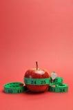 Gewichtsverlust, der Diätkonzeptapfel u. Tapemeasure - Vertikale abnimmt. stockfoto