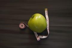 Gewichtsverlust, grüner Apfel und Abnehmen, Gewichtsverlust mit Apfel, Nutzen des grünen Apfels, Gewichtsverlust, gesundes Leben Lizenzfreies Stockbild