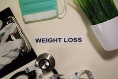 Gewichtsverlust mit Inspiration und Gesundheitswesen/medizinisches Konzept auf Schreibtischhintergrund stockbilder