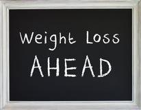 Gewichtsverlust-Zeichen auf schwarzem Kreide-Brett lizenzfreie abbildung