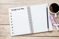 Gewichtsverlustprogramm geschrieben auf Buch mit schwarzer Auflistung, Planung begrifflich stockfotografie