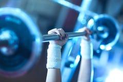 Gewichttraining der jungen Frau lizenzfreies stockbild