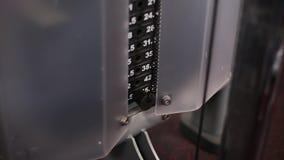 Gewichtung auf der Eignungsmaschine im Fitness-Club stock footage