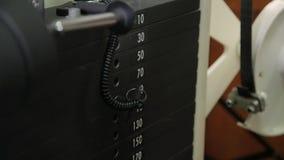 Gewichtung auf der Eignungsmaschine im Fitness-Club stock video