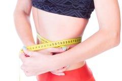 Gewichtverlust Frauentorso mit dem Maß, getrennt auf Weiß Lizenzfreie Stockfotografie
